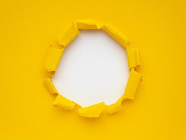 Kolor żółty drzejący papier na białym tle. miejsce na tekst lub obraz
