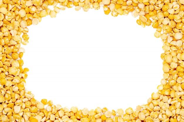 Kolor żółty rozszczepeni wysuszeni grochy z kopii przestrzenią, zakończenie up, makro-, odgórny widok.