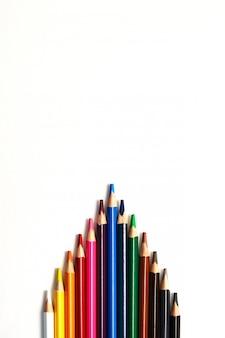Kolorów ołówki odizolowywający na białym tle. koncepcja biznesowa przywództwa