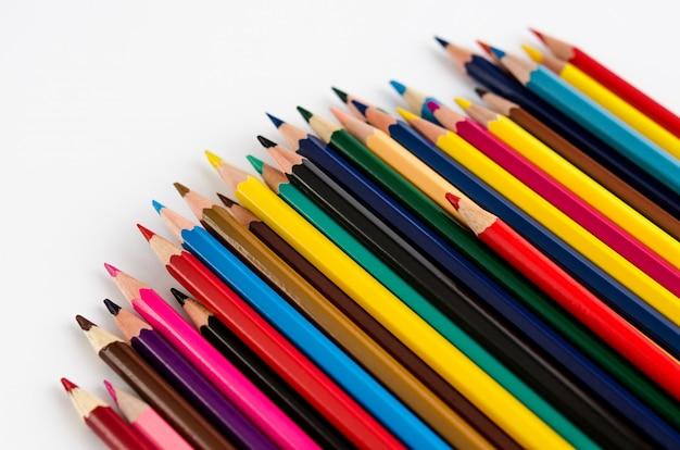 Kolorów ołówki odizolowywający na białym tle.