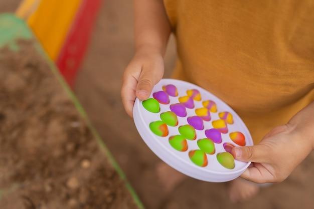 Kolorowa antystresowa zabawka sensoryczna fidget push pop to w małych dłoniach antystresowa modna zabawka pop it tęczowa sensoryczna fidget nowa modna silikonowa zabawka