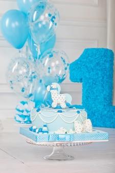Kolorowa dekoracja tortu urodzinowego pierwszego roku