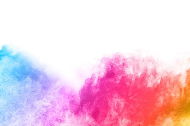 Kolorowa eksplozja proszku na białym tle