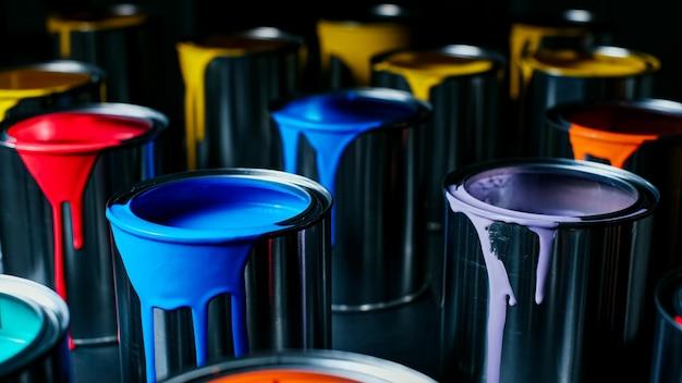Kolorowa farba metalowego wiadra. widok z góry