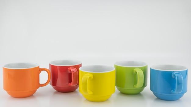 Kolorowa filiżanka kawy na kolorowym tle papieru wiele kubków do kawy i herbaty w kawiarni koncepcja tła żywności i napojów