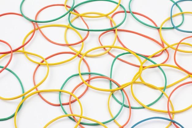 Kolorowa gumka elastyczna do banknotów na białym tle. artykuły biurowe i biznesowe