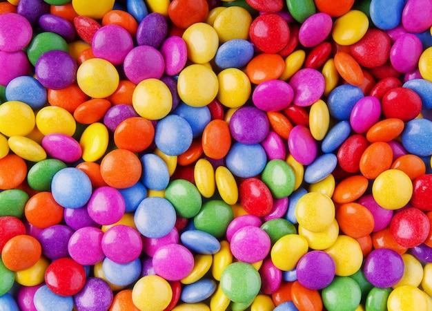 Kolorowa i smaczna wiązka czekoladowych lub owocowych słodyczy.