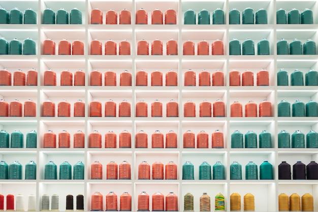 Kolorowa jedwabna nić w szafce