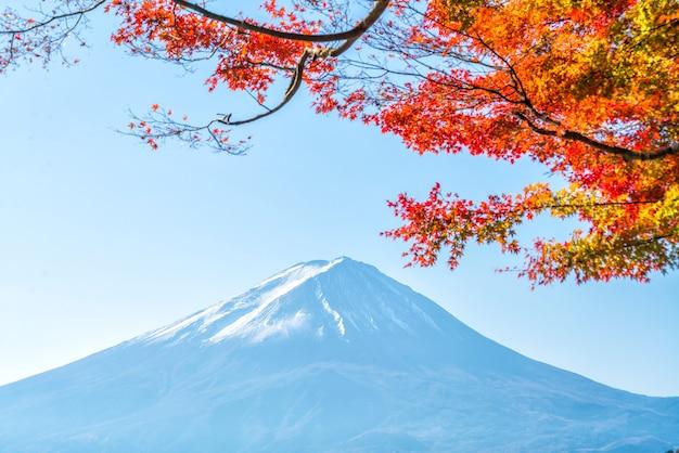 Kolorowa jesień i góra fuji z czerwonymi liśćmi nad jeziorem kawaguchiko w japonii