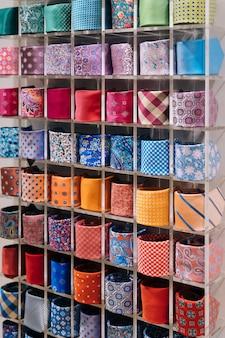 Kolorowa kolekcja krawatów w męskim sklepie