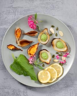 Kolorowa kompozycja sztuki żywności na talerzu z warzywami i liśćmi. widok z góry.