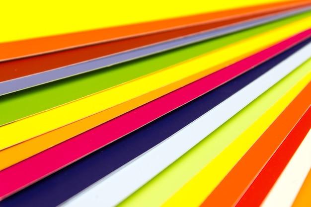 Kolorowa książeczka z próbkami, kolory tęczy. przewodnik po próbkach farb.