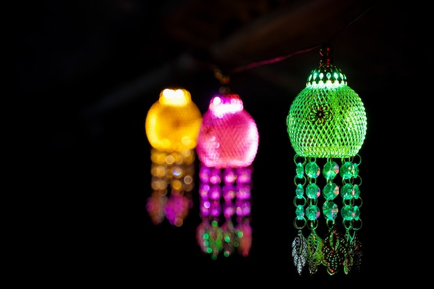 Kolorowa latarnia wisząca w ciemności na święto diwali