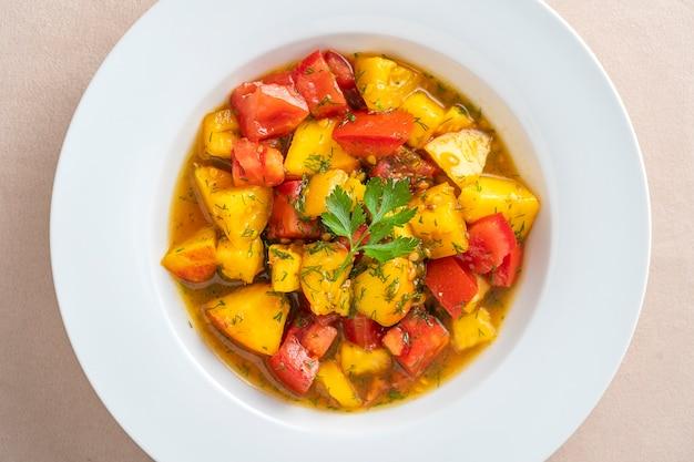 Kolorowa letnia sałatka z pomidorami i brzoskwinią