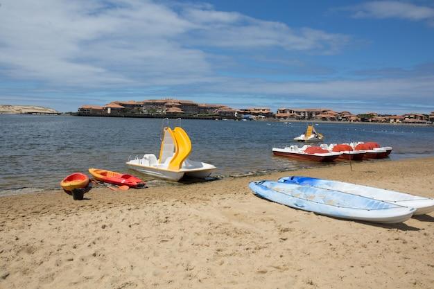 Kolorowa łódź kajakowa, rower wodny, na cichej plaży