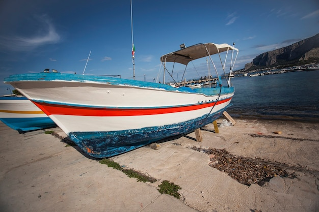 Kolorowa łódź wyrzucona na brzeg