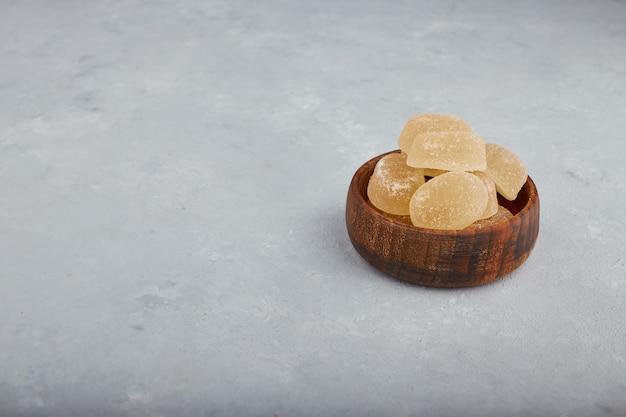 Kolorowa marmolada zachwyca w drewnianej misce.