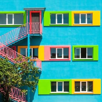 Kolorowa nowoczesna fasada budynku