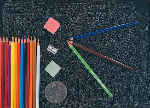 Kolorowa ołówkowa gumki ostrzarka na blackboard