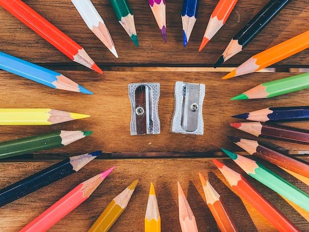 Kolorowa ołówkowa gumki temperówka na drewnianym stole