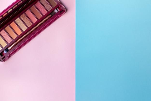 Kolorowa paleta cieni do powiek w różowej kolorystyce