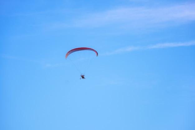 Kolorowa paralotnia z napędem przeciw błękitne niebo. koncepcja paralotniarstwa, zdjęcie poziome