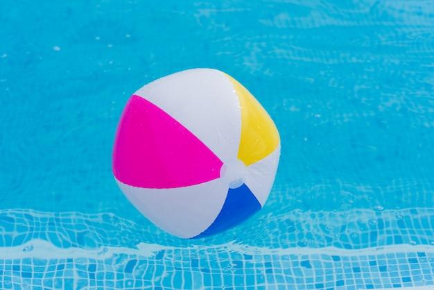 Kolorowa piłka na wody zakończeniu up