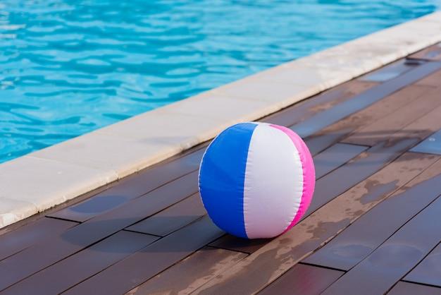 Kolorowa piłka w basenie