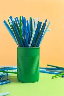 Kolorowa plastikowa kolekcja słomek w puszce