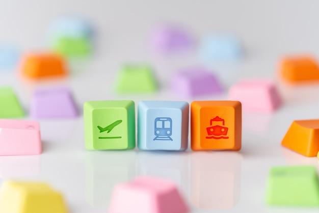 Kolorowa podróży ikona na komputerowej klawiaturze dla online rezerwaci pojęcia
