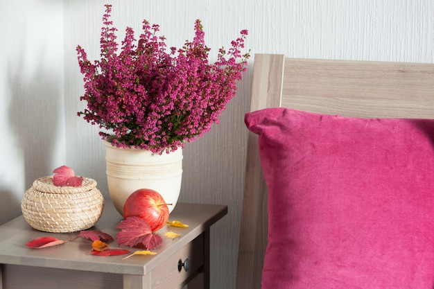 Kolorowa poduszka przytulna domowa sypialnia na jesień kwiat nastroju liść