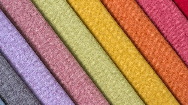 Kolorowa powierzchnia tkaniny, stos kolorowych tkanin.