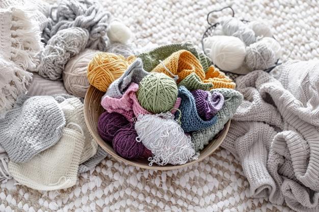 Kolorowa przędza do dziania z nitkami w pastelowych kolorach.