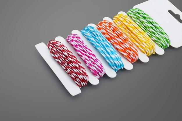 Kolorowa przędza na szarym tle. szablon liny kolorów.