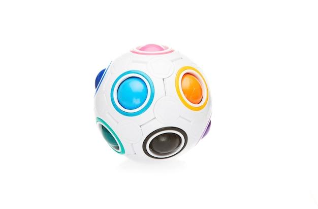 Kolorowa sferyczna zabawka logiczna z kolorowymi kulkami na białym tle.