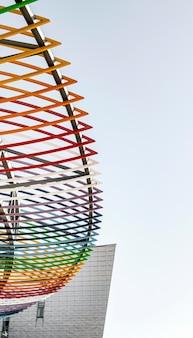 Kolorowa struktura na budynku miasta