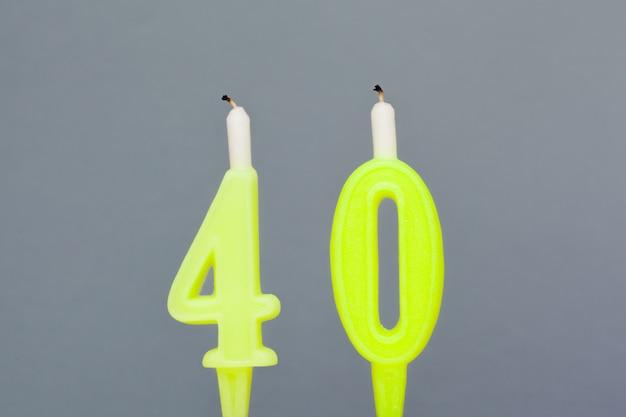 Kolorowa świeczka urodzinowa woskowa na szaro