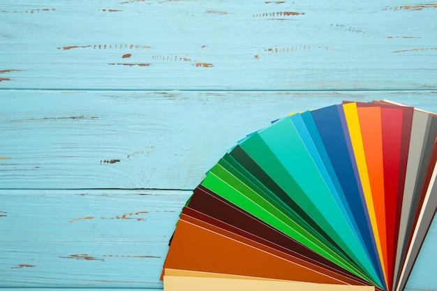 Kolorowa tekturowa paleta na niebiesko