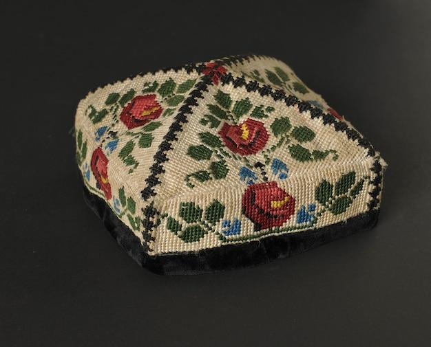 Kolorowa tradycyjna azjatycka czapka jarmułka na ciemnym tle