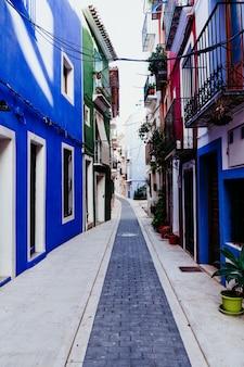 Kolorowa ulica bez ludzi w południowym spain. niebieskie kolory