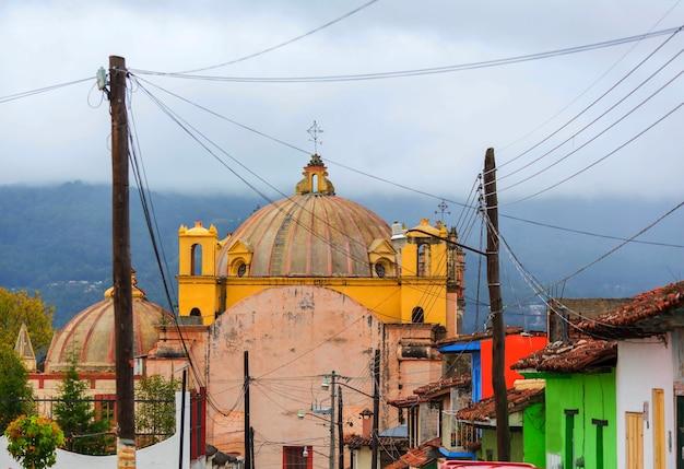 Kolorowa ulica kolonialna w meksykańskim mieście