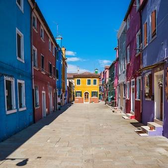 Kolorowa ulica w burano, niedaleko wenecji, włochy