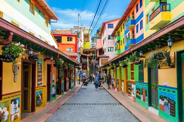 Kolorowa ulica w guatape w kolumbii
