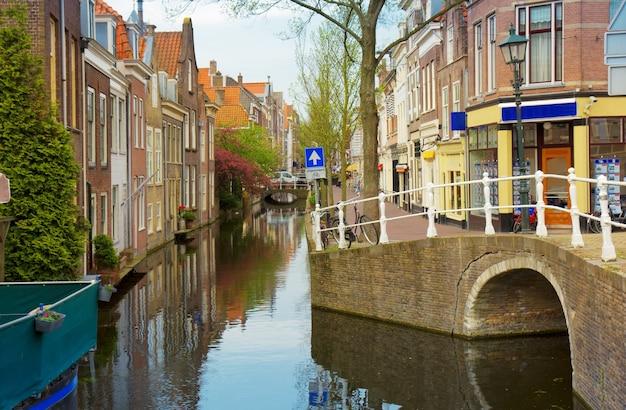 Kolorowa ulica z kanałami na starym mieście w delft, holandia