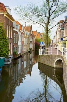 Kolorowa ulica z kanałami na starym mieście w delft w holandii