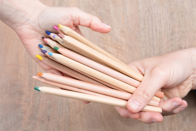Kolorowa uśmiechnięta ołówek drużyna. sztafeta, konkurencja. pojedynczo na białym