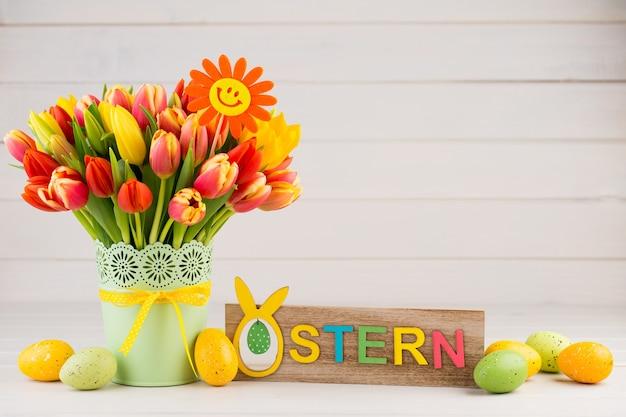 Kolorowa wiosenna kartka z życzeniami z kwiatami na wielkanoc, dzień matki.