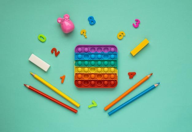 Kolorowa zabawka antystresowa pop it dla dzieci. pop to zabawka.