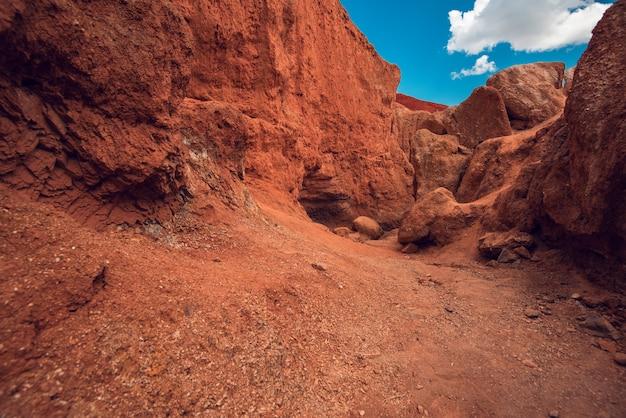 Kolorowa, zerodowana rzeźba gór ałtaju w popularnej miejscowości turystycznej zwanej mars chaganuzun altai...