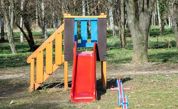 Kolorowa zjeżdżalnia na placu zabaw w parku